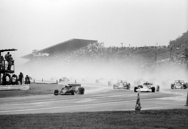 Pole sitter and race winner Mario Andretti (USA) Lotus 77 leads the field on the formation lap.Japanese Grand Prix, Rd 16, Fuji, Japan, 24 October 1976.