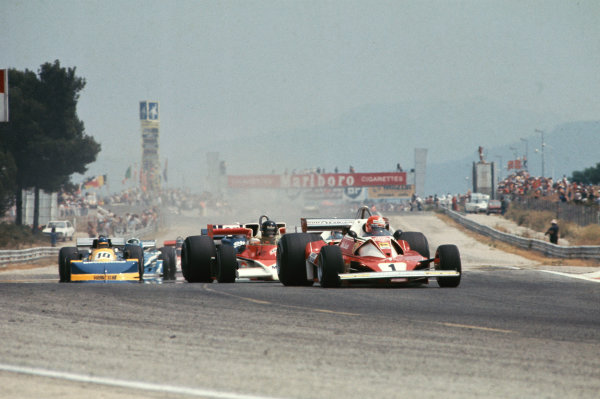 Paul Ricard, Le Castellet, France. 2nd - 4th July 1976. Niki Lauda (Ferrari 312T2), retired leads James Hunt (McLaren m23-Ford), 1st position, at the start, action.  World Copyright: LAT Photographic.  Ref:  76 FRA 13.
