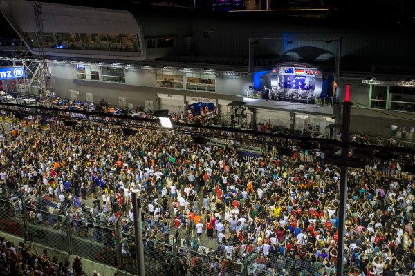 Marina Bay Circuit, Marina Bay, Singapore. Sunday 18 September 2016. Fans gather for the podium celebrations. World Copyright: Andrew Ferraro/LAT Photographic ref: Digital Image _V2I1312