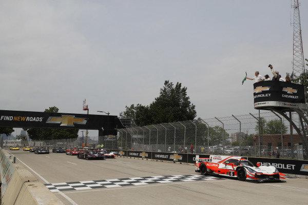 #6 Acura Team Penske Acura DPi, DPi: Juan Pablo Montoya, Dane Cameron leads at the start