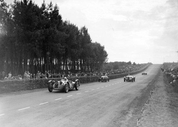 Gianfranco Comotti / Albert Divo, Ecurie Bleue, Delahaye 145, leads Albert Leduc / Athos Querzola, Amedée Gordini, Simca Cinq, and René Carriere / René Le Begue, Luigi Chinetti, Talbot T150C.