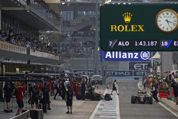 Pastor Maldonado, Lotus E23 Hybrid Mercedes and Fernando Alonso, McLaren MP4-30 Honda in the pit lane.