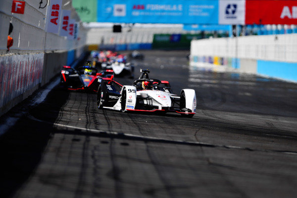 Pascal Wehrlein (DEU), Tag Heuer Porsche, Porsche 99X Electric, leads Oliver Rowland (GBR), Nissan e.Dams, Nissan IMO2