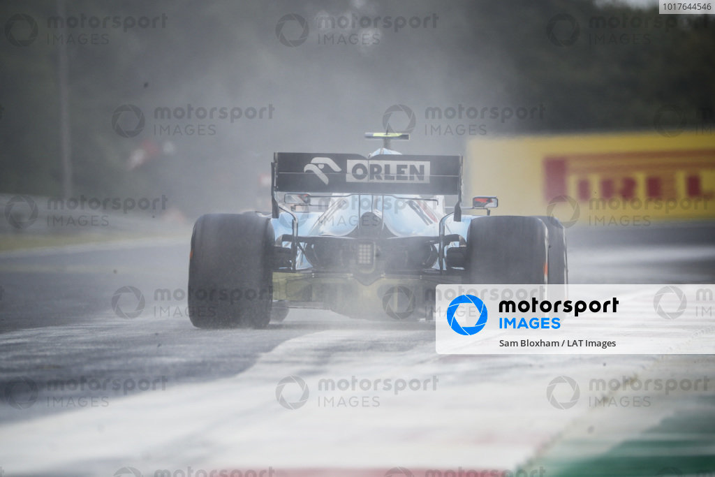 Robert Kubica, Williams FW42, kicks up cement dust which was laid down to cover a heavy oil spill in the F2 race prior to the session