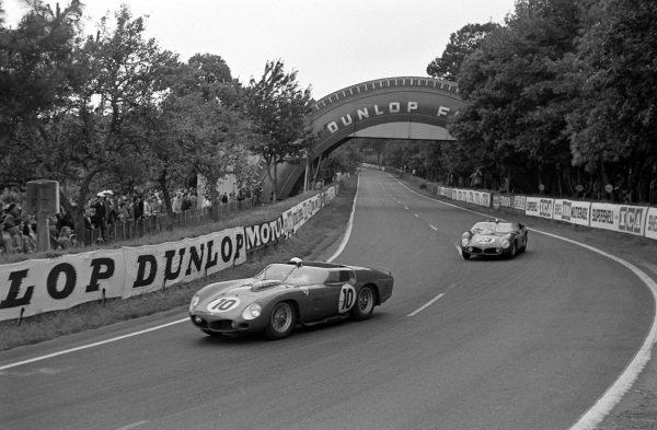 Olivier Gendebien / Phil Hill, Scuderia Ferrari, Ferrari 250 TRI/61, leads Wolfgang von Trips / Richie Ginther, Scuderia Ferrari, Ferrari Dino 246 SP.