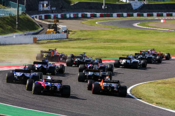 Suzuka Circuit, Japan. Sunday 8 October 2017. Jolyon Palmer, Renault R.S.17, Pascal Wehrlein, Sauber C36-Ferrari, Fernando Alonso, McLaren MCL32 Honda, and Carlos Sainz Jr, Toro Rosso STR12 Renault, chase the pack at the start. World Copyright: Charles Coates/LAT Images  ref: Digital Image DJ5R9351