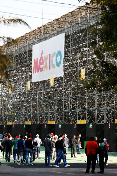 Autodromo Hermanos Rodriguez, Mexico City, Mexico. Saturday 28 October 2017. Fans gather behind a grandstand. World Copyright: Sam Bloxham/LAT Images  ref: Digital Image _J6I9575