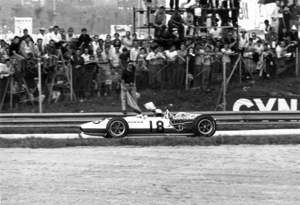 1966 Italian Grand Prix.Monza, Italy. 4 September 1966.Richie Ginther, Honda RA273, retired, action.World Copyright: LAT PhotographicRef: 1369/42A
