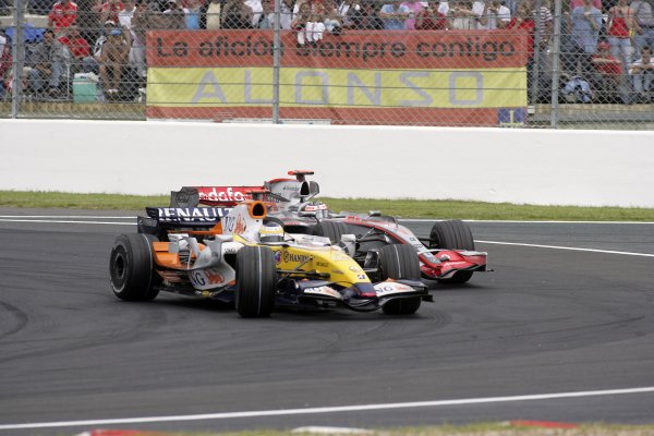 2007 French Grand Prix - Sunday RaceCircuit de Nevers Magny Cours, Nevers, France.1st July 2007.Giancarlo Fisichella, Renault R27, 6th position, leads Fernando Alonso, McLaren MP4-22 Mercedes, 7th position. Action. World Copyright: Andrew Ferraro/LAT Photographicref: Digital Image VY9E3414