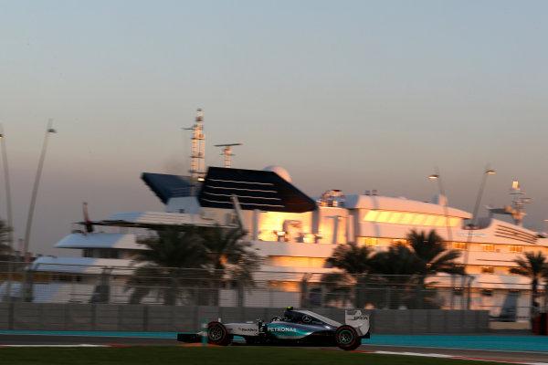 Yas Marina Circuit, Abu Dhabi, United Arab Emirates. Sunday 29 November 2015. Nico Rosberg, Mercedes F1 W06 Hybrid. World Copyright: Charles Coates/LAT Photographic ref: Digital Image _99O2010