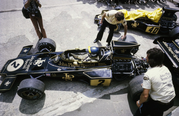 Ronnie Peterson, Lotus 72E Ford in the pitlane.