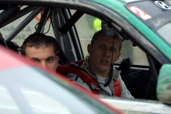 2001 FIA World Rally Championship.Rally Of Great Britain. Cardiff, Wales. November 22-25th.Alister McRae, Hyundai Accent WRC.Service.Photo: Paul Dowker/LAT Photographic.World - LAT Photographic.
