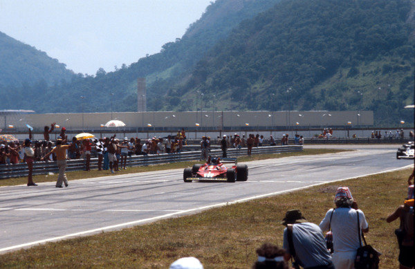 1978 Brazilian Grand Prix.Jacarepagua, Rio de Janeiro, Brazil.27-29 January 1978.Carlos Reutemann (Ferrari 312T2) takes the chequered flag for 1st position.Ref-78 BRA 05.World Copyright - LAT Photographic