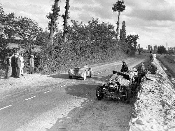 G. Cottiet / Charles Roux, Yves Giraud-Cabantous, Chenard & Walcker passes the abandoned cars of René Kippeurth / René Poulain, Bugatti T44, and Eugène Chaboud / Jean Tremoulet, Delahaye 135CS.