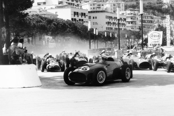 1959 Monaco Grand Prix.Monte Carlo, Monaco. 10 May 1959.Jean Behra, Ferrari Dino 246, retired, leads Stirling Moss, Cooper T51-Climax, retired, and Jack Brabham, Cooper T51-Climax, 1st position, at the start, action.World Copyright: LAT PhotographicRef: Autosport b&w print. Published: Autosport, 15/5/1959 p633
