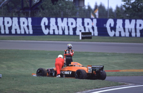 International Formula 3000 Championship Nurburgring, Germany. 19th - 20th May 2000 Mark Webber (European Arrows) looks back at his stricken car after crashing out of the race at the first corner World - Bellanca/LAT Photographic