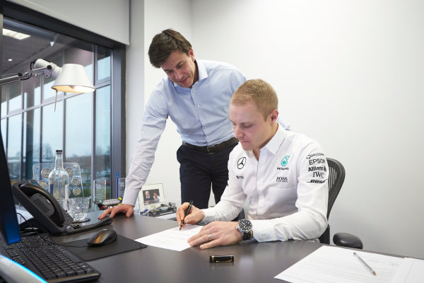 Mercedes F1 Driver Announcement Mercedes AMG Factory, Brackley, UK Monday 16 January 2017 Valtteri Bottas signs his contract as the new Mercedes AMG F1 driver for 2017. World Copyright: Steve Etherington/LAT Photographic ref: Digital Image EW4P2912