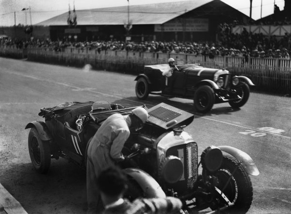 """Le Mans, France. 15th - 16th June 1929.Woolf Barnato/Henry """"Tim"""" Birkin (Bentley Speed Six), 1st position, passes Bernard Rubin/Earl Howe (Bentley 4 5 Litre), retired, in the pits, action. World Copyright: LAT Photographic.Ref:  Autocar Glass Plate B2055."""