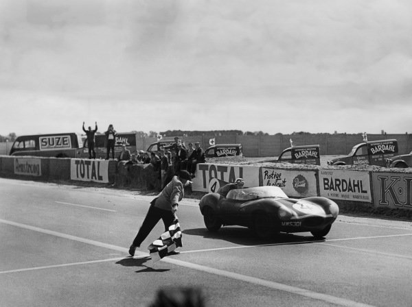Le Mans, France. 28th - 29th July 1956 Ninian Sanderson/Ron Flockhart (Jaguar D-type), 1st position, takes the chequered flag, action. World Copyright: LAT Photographic Ref: Autocar Glass Plate C47602.