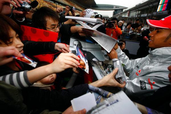 Shanghai International Circuit, Shanghai, China15th April 2010Lewis Hamilton, McLaren MP4-25 Mercedes, signs some autographs for fans. Portrait. Atmosphere. World Copyright: Charles Coates/LAT Photographicref: Digital Image _26Y7762