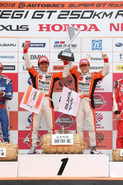 Motegi, Japan. 3rd - 4th November 2013. Rd 8. GT500 Winner Kazuya Oshima & Yuji Kunimoto ( #6 ENEOS SUSTINA SC430 ) podium portrait World Copyright: Yasushi Ishihara/LAT Photographic. Ref: 2013_Rd8_009