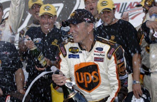 10/02/05 Talladega, Alabama. USA . UAW Ford 500. Round 29 of 36. Dale Jarrett sprays the victory champagne.  NASCAR Nextel Cup, Rd29, UAW Ford 500, Talladega, Alabama, USA. 1-2 October 2005. DIGITAL IMAGE