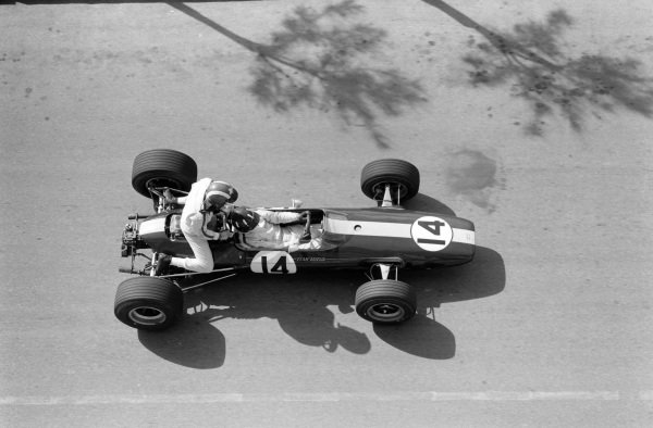 Graham Hill, Lotus 33 BRM gives Jo Siffert a lift back to the pit lane.