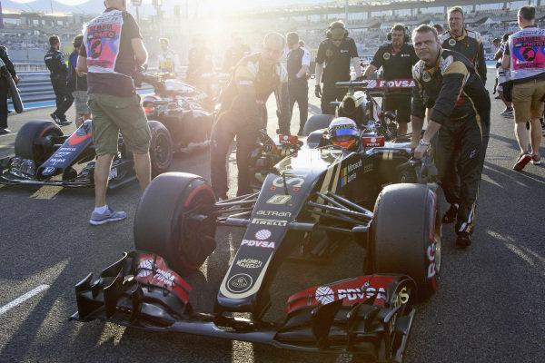 Romain Grosjean, Lotus E23 Hybrid Mercedes arriving on the grid.