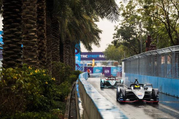 Oliver Rowland (GBR), Nissan e.Dams, Nissan IMO1 leads Mitch Evans (NZL), Panasonic Jaguar Racing, Jaguar I-Type 3