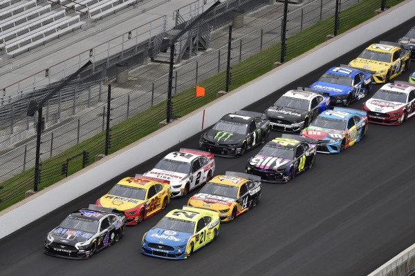 #4: Kevin Harvick, Stewart-Haas Racing, Ford Mustang Mobil 1 and #21: Paul Menard, Wood Brothers Racing, Ford Mustang Menards / Dutch Boy