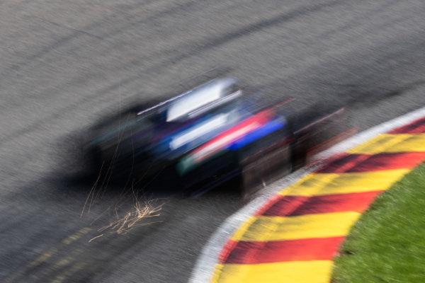 Daniil Kvyat, Toro Rosso STR14, kicks up sparks