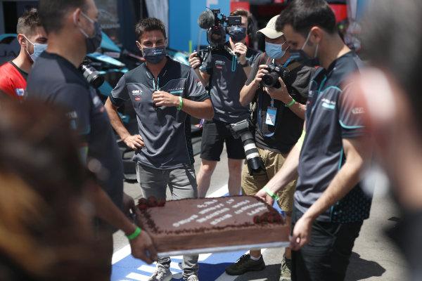 Mitch Evans (NZL), Jaguar Racing receiving a birthday cake from the Jaguar team