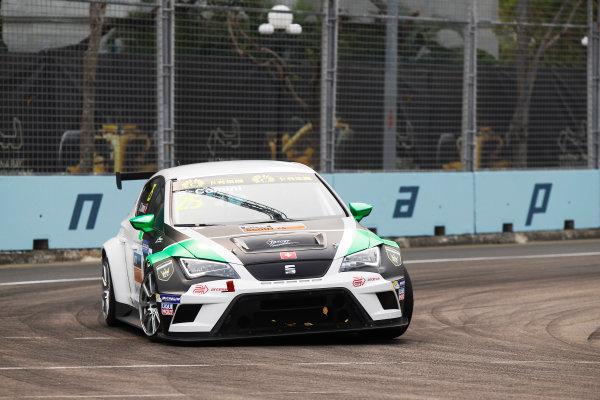 2015 TCR International Series Round 9. Marina Bay Circuit, Singapore. Stefano Comini, No.25 Target Competition. Friday 18 September 2015. World Copyright: Sam Bloxham/LAT Photographic. ref: Digital Image _G7C3295
