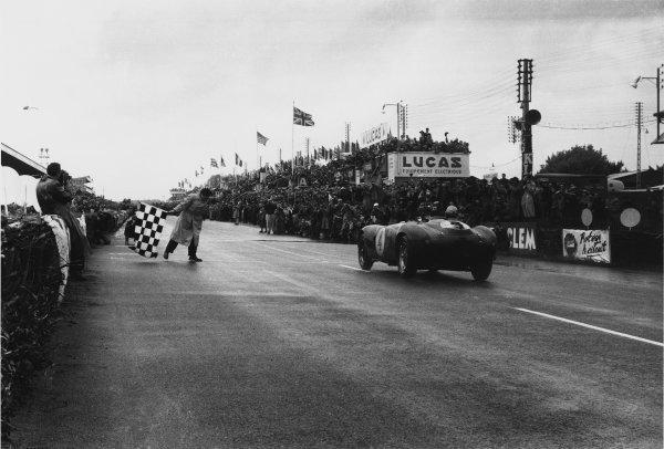 Le Mans, France. 12-13 June 1954.Jose Froilan Gonzalez/Maurice Trintignant, Ferrari 375 Plus, 1st position, action, finish, chequered flag.World Copyright: LAT PhotographicRef: Autosport b&W print. Published: Autosport, 18/6/1954 p786