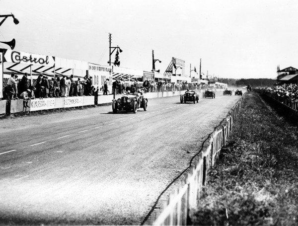 Le Mans, France.21-22 June 1930.Woolf Barnato/Glen Kidston leads Sammy Davis/John Clive Dunfee (both Bentley Speed Six). Barnato/Kidston finished in 1st position.World Copyright - LAT Photographic