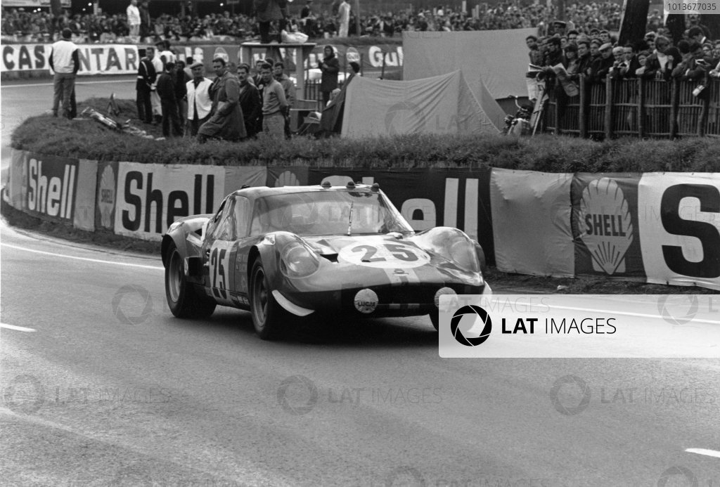 Le Mans, France. 28 - 29 September 1968. John Woolfe/Digby Martland (Chevron B12 Repco), retired, action.  World Copyright: LAT Photographic. Ref:  2174 - 5.