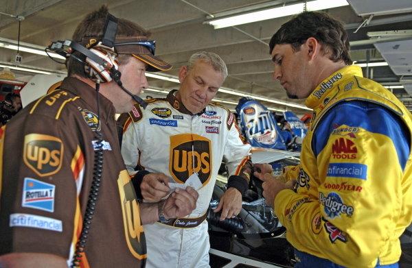 Dale Jarrett (USA), UPS Ford, centre, and Elliott Sadler (USA), Pedigree Ford, right, compare notes. NASCAR Nextel Cup, Rd12, Coca-Cola 600, Lowe's Motor Speedway, Charlotte, North Carolina, USA. 29 May 2005.DIGITAL IMAGE