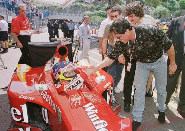 1998 Monaco Grand Prix.Monte Carlo, monaco.21-24 May 1998.Jacques Villeneuve (Williams FW20 Mecachrome) meets Sylvester Stallone in the pitlane before practice.World Copyright - Steve Etherington/LAT Photographic