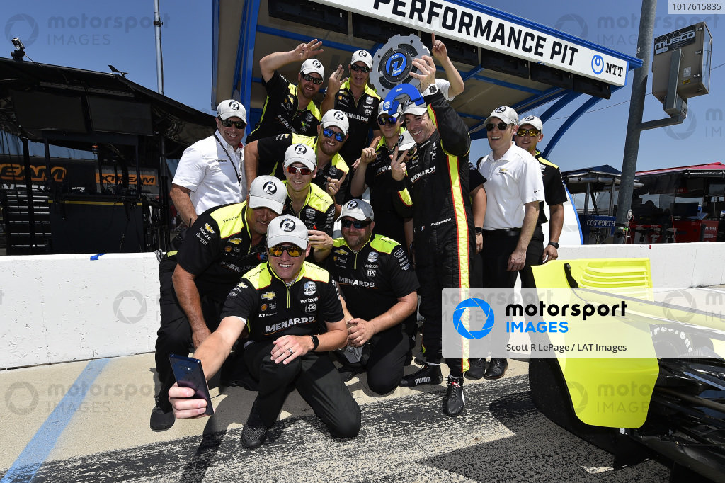 Simon Pagenaud, Team Penske Chevrolet celebrates with team after winning the pole and the NTT P1 award