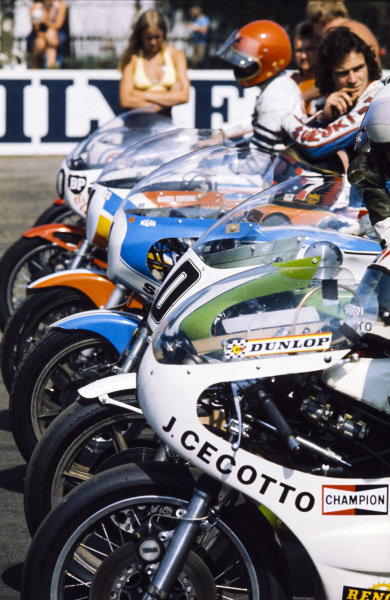 Bikes, including the Suzuki of Barry Sheene and the Yamaha of Johnny Cecotto, are lined up for the start.