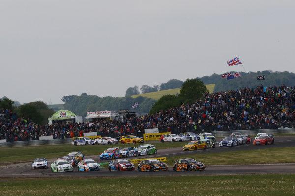 2017 British Touring Car Championship, Thruxton, 6th-7th May 2017,  Start, Matt Neal (GBR) Halfords Yuasa Racing Honda Civic Type R leads World copyright. JEP/LAT Images