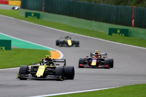 Nico Hulkenberg, Renault R.S. 19, leads Alexander Albon, Red Bull RB15, and Daniel Ricciardo, Renault R.S.19