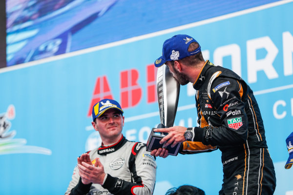 Jean-Eric Vergne (FRA), DS TECHEETAH, 1st position, kisses his trophy on the podium alongside Oliver Rowland (GBR), Nissan e.Dams, 2nd position,
