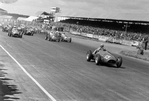 1952 British Grand Prix Silverstone, Great Britain. 19 July 1952 Alberto Ascari (#15, Ferrari 500) leads Giuseppe Farina (#16, Ferrari 500), Reg Parnell (#8, Cooper T20-Bristol), Alan Brown (#11, Cooper T20-Bristol), Ken Downing (#4, Connaught A-type-Lea-Francis), Eric Thompson (#5, Connaught A-type-lEa-Francis) and Mike Hawthorn (#9, Cooper T20-Bristol) at the start World Copyright: LAT PhotographicRef: 19752B/13