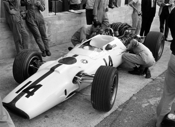 1967 Italian Grand Prix Monza, Italy. 10 September 1967 John Surtees, Honda RA300, 1st position, in the pitlane, mechanics World Copyright: LAT PhotographicRef: b&w print