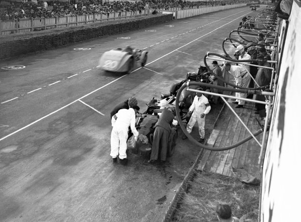 1935 Le Mans 24 hours. Le Mans, France. 15-16 June 1935. Goldie Gardner/AC Beloe (Aston Martin Ulster) in the pits. World Copyright: LAT Photographic Ref: Autocar Glass Plate C6526