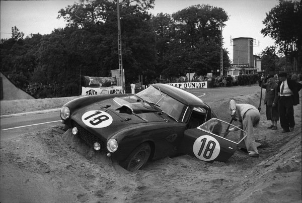 Le Mans, France. 12th - 13th June 1954 Porfirio Rubirosa/Innocente Baggio (Ferrari 375 MM Berlinetta), retired, Baggio tries ti dig his car out of the Tertre Rouge sand trap, action. World Copyright: LAT Photographic Ref:  194 - 28.