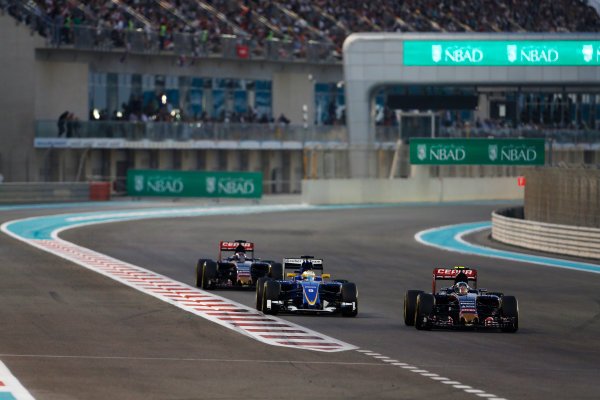 Yas Marina Circuit, Abu Dhabi, United Arab Emirates. Sunday 29 November 2015. Carlos Sainz Jr, Toro Rosso STR10 Renault, leads Marcus Ericsson, Sauber C34 Ferrari, and Max Verstappen, Toro Rosso STR10 Renault. World Copyright: Sam Bloxham/LAT Photographic ref: Digital Image _SBL8753