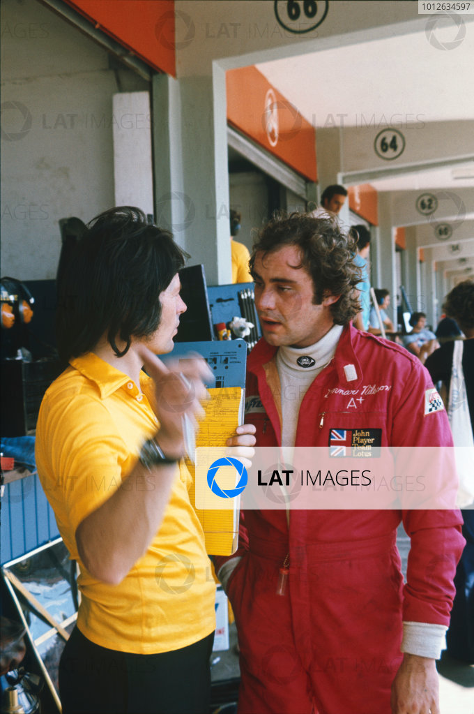 Buenos Aires, Argentina. 7-9 January 1977.Tony Southgate chats with Gunnar Nilsson post practice in the pit lane, portrait.World Copyright: LAT Photographic.Ref:  Colour Transparency.