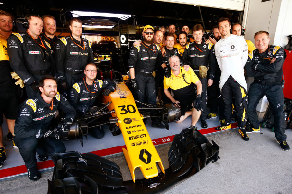 Suzuka Circuit, Japan. Sunday 08 October 2017. Jolyon Palmer, Renault R.S.17, poses for a picture with his team ahead of his last race for Renault. World Copyright: Andy Hone/LAT Images  ref: Digital Image _ONZ3862